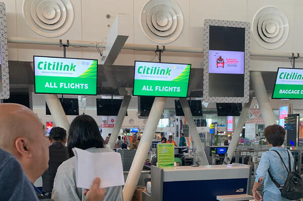 Image shows the people lining up to check in at the Citilink flight counter